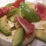 Büffelmozzarella mit Avocado, Serrano-Schinken und Zitronenvinaigrette