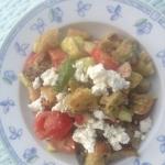 Herzhafter Brotsalat mit Tomaten, Avocado und Ziegenfrischkäse