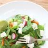 Babyspinat-Salat mit Aprikosen, Radieschen und Feta