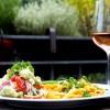 Sommersalat mit Rucola-Pesto und Feta zu Penne in Tomaten-Sahnesauce