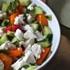Tomaten-Gurken-Salat mit frischer Minze und Ziegenfrischkäse