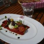 """Tarte von bunten Tomaten """"Cru et Cuit"""" mit Ziegenkäse von der CARLS Brasserie"""