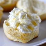 Seelenschmeichler: Buttermilchbrötchen mit Ziegenkäse und Honig
