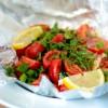 Überbackener Schafskäse mit viel frischen Kräutern & Tomaten für den Grill oder Ofen