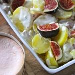 Crème-fraîche-Kartoffeln mit Speck und Zwiebeln, überbacken mit Cremoulin und verfeinert mit frischen Feigen und Basilikum