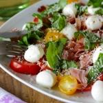 Tomate-Mozzarella mit extra Parmesan und Katenschinken