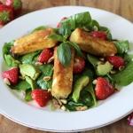 Spinat-Salat mit Erdbeeren, Avocado und Knusper-Feta