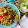 Orientalischer Bulgur-Salat mit viel frischer Paprika und Schafsjoghurt-Koriander-Dip