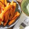 Süßkartoffelpommes mit Kräuterdip