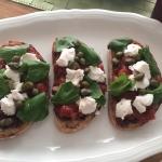 Tartine provencale mit selbstgemachter Tapenade und Ziegenfrischkäse