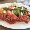 Tomate-Mozzarella mit Parmaschinken und Basilikum-Sorbet-Bällchen