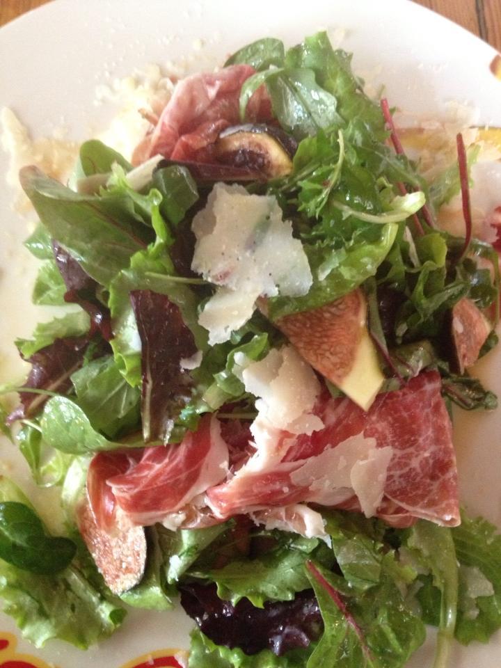 Blattsalate mit Pata Negra, frischen Feigen und Parmesan