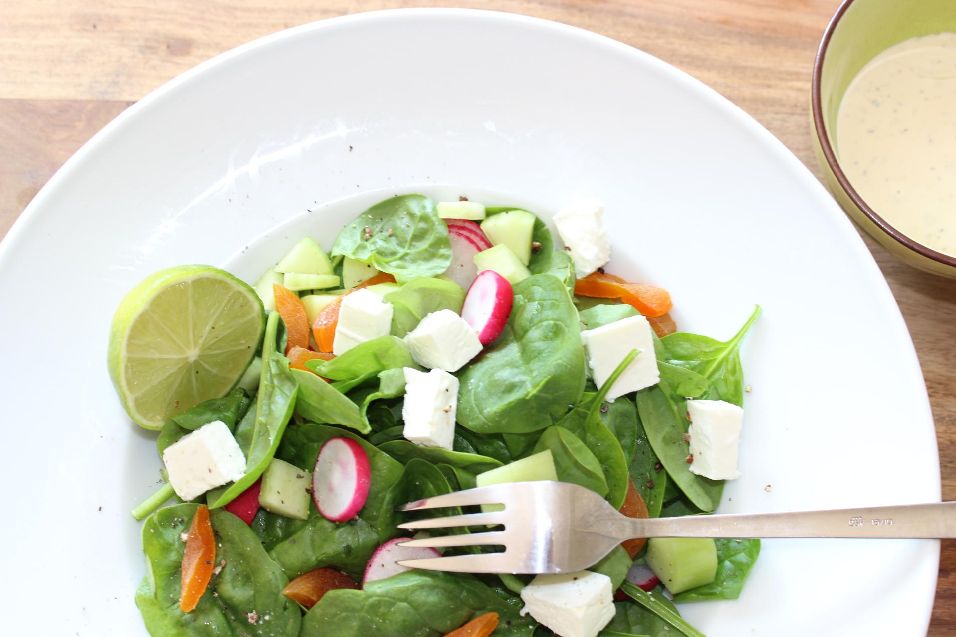 Babyspinat-Salat-Feta-Aprikosen-Radieschen