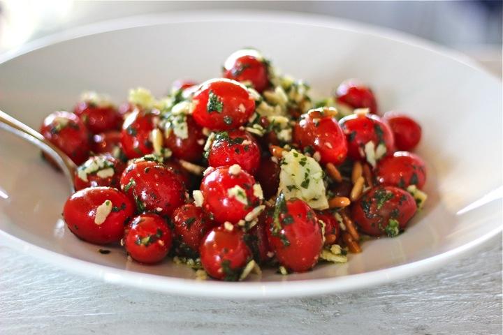 Frischer-Tomaten-Salat-mit-Pesto