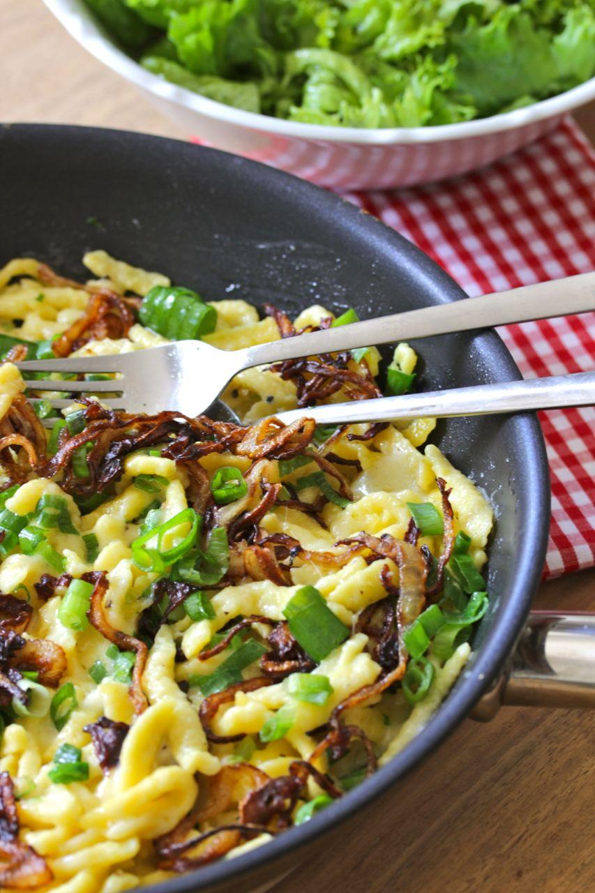 Rezept Käsespätzle-frischer-grüner-Salat-gebräunte-Zwiebeln