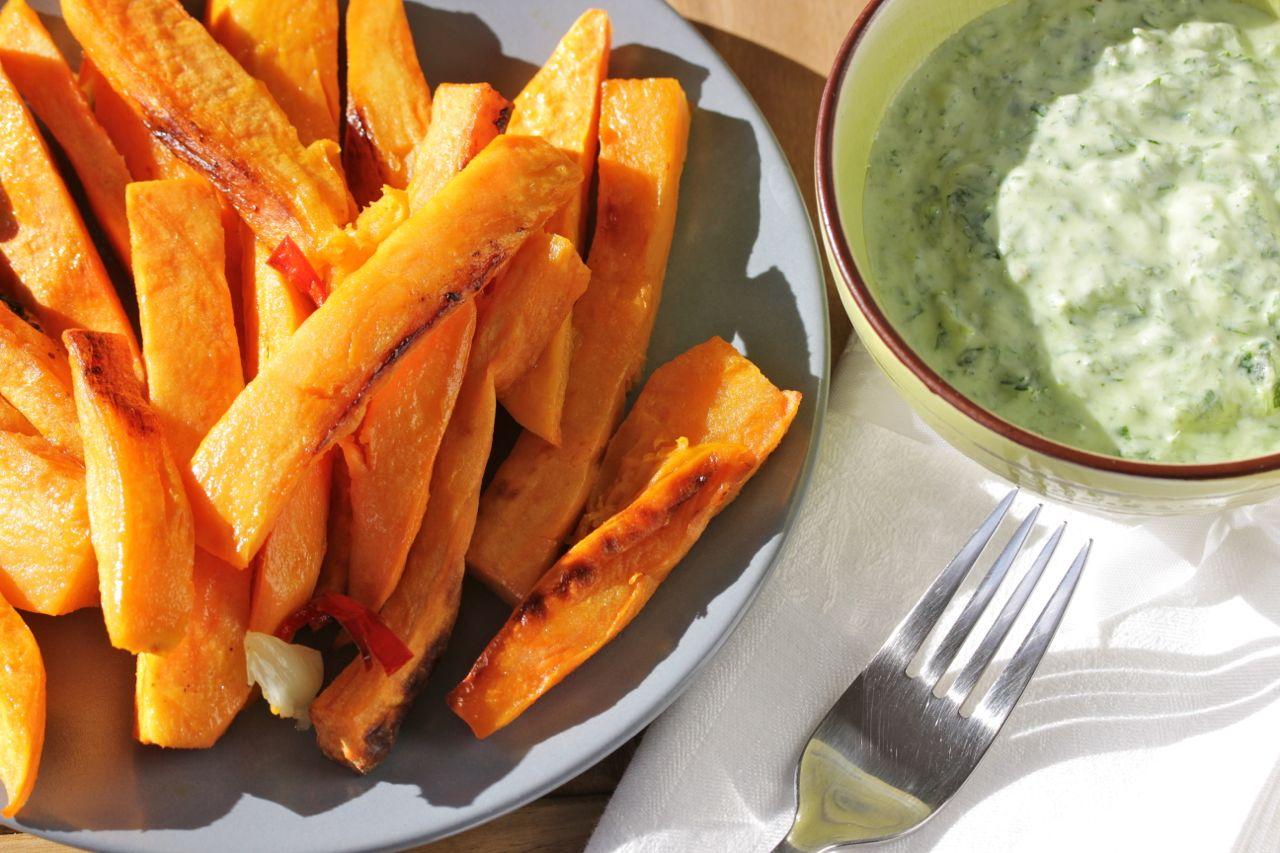 Süßkartoffelpommes-mit-Kräuterdip